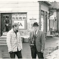 Levin Magnusson med sonen Erling som tog över affären i Drakabygget på 1940-talet.jpg