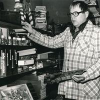 Erling Magnusson i sin affär i Drakabygget.jpg
